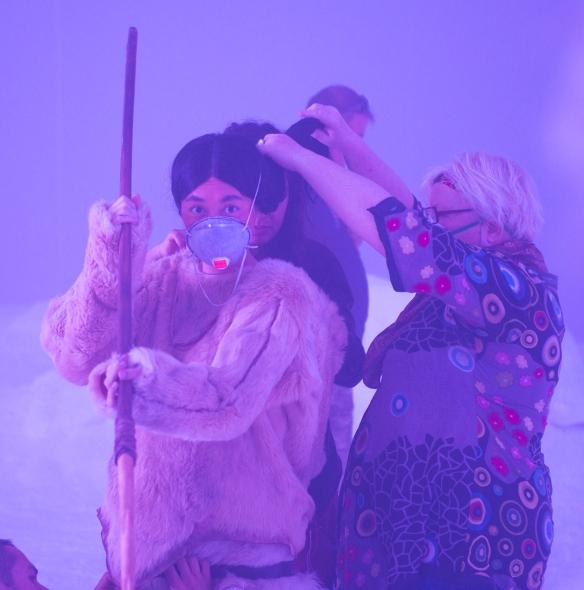 Sylvie Imbert retoca a Rinko Kikuchi poco antes de rodar. / LEANDRO BETANCOR
