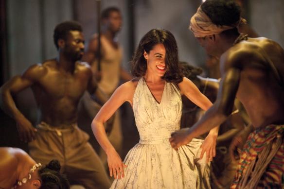Macarena García interpreta a Julia, la joven colona cuyo corazón se debate entre dos. / OAC