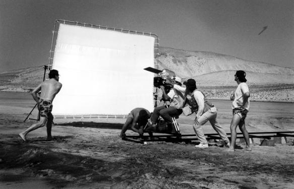 """Rodaje de """"Esposados"""" en Fuerteventura. Pedro Mari Sánchez (i) lanza el boomerang. Juan Antonio Castaña, en la silla de cámara. Juan Carlos Fresnadillo, de pie a la derecha. / EMILIO PRIETO-LA MIRADA"""