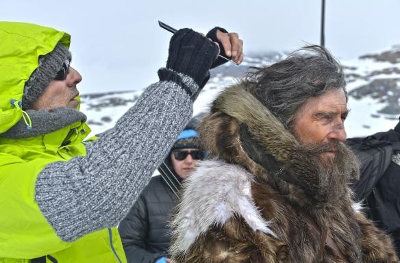 """Paco Rodríguez peina al actor Gabriel Byrne, en el papel del explorador Robert Peary, durante el rodaje de """"Nadie quiere la noche"""" en Finse (Noruega)."""