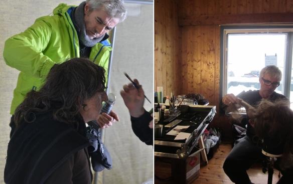 """Paco Rodríguez peina a Gabriel Byrne (i), y trabajando con un postizo durante el rodaje de """"Nadie quiere la noche"""" / OAC"""