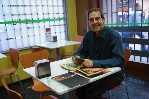 Miguel Aristu en su cafetería con las revistas de los años 70 en que solía aparecer / LUIS ROCA ARENCIBIA