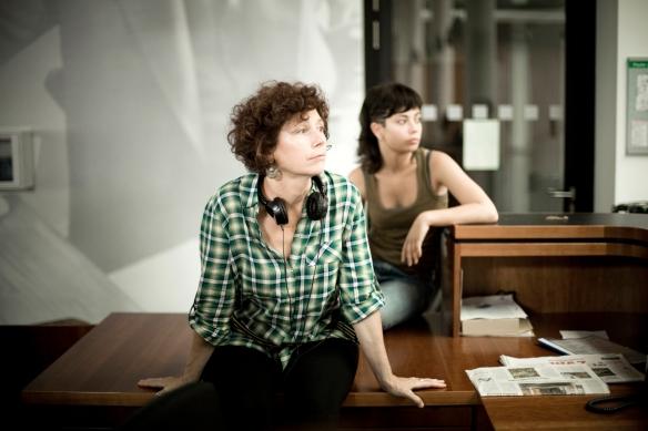 """Icíar Bollaín, en primer término, y Anna Castillo, en el rodaje de """"El olivo"""". / MARINO SCANDURRA"""