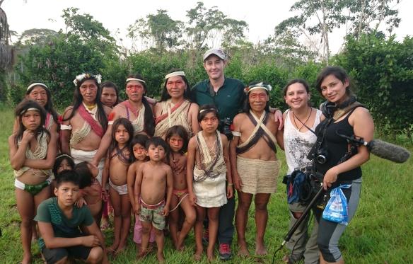 Manuel Cardenal, Luisana Carcelén y Cristina Arias (derecha), entre mujeres y niños y niñas waoranis. / CATARATA FILMS