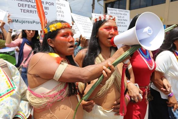 Manifestantes waoranis, Weya Cawiya es la mujer que sujeta el megáfono. / MANUEL CARDENAL