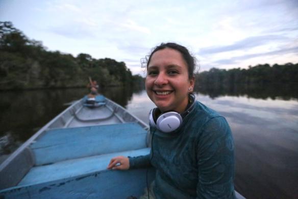 La ecuatoriana Luisana Carcelén en una canoa en el Amazonas. / MANUEL CARDENAL