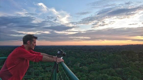 Manuel Cardenal, tomanda imágenes de la selva en una torre de observación, a 40 metros sobre el suelo. / LUISANA CARCELÉN