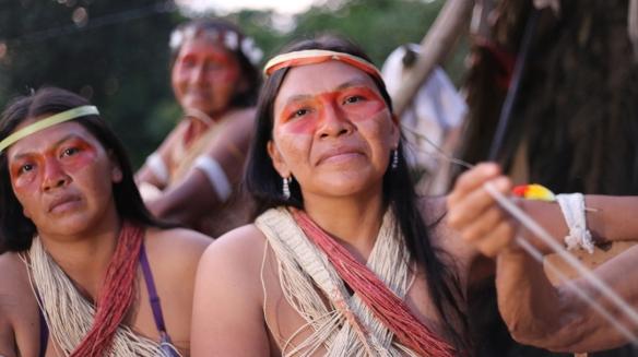Mujeres waorani de celebración. / MANUEL CARDENAL
