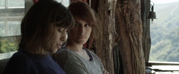 Silvia Maya como Victoria y Marine Discazeaux como Julie, en un momento de la película. / OAC