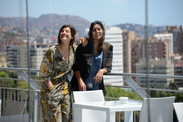 Marine Discazeaux y Alba González de Molina en la terraza del hotel malagueño donde se celebró la entrevista con la actriz. / LUIS ROCA ARENCIBIA