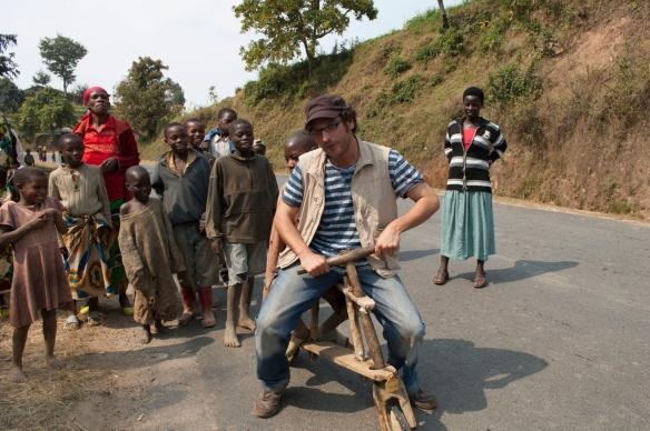 Ayoze o'Shanahan en Nyamagabe (Ruanda) tratando de subir a un tshukudu, mezcla de bicicleta y patineta originarios del Este del Congo y populares en Ruanda. / ALBERTO ROJAS