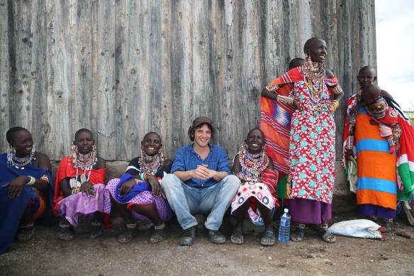 Ayoze O'Shanahan con un grupo de mujeres masái. / OAC