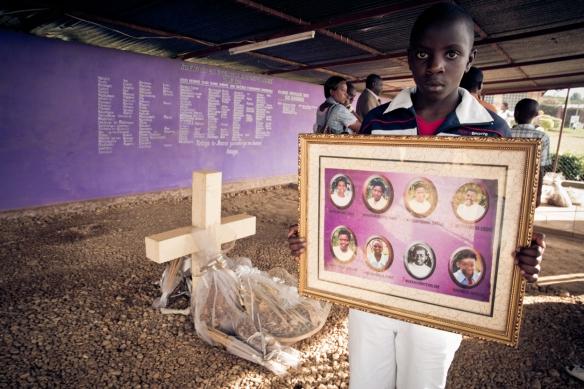 """Imagen del proyecto """"Loving the Enemy"""", sobre el Genocidio ruandés, en Nyamabage. / AYOZE O'SHANAHAN"""