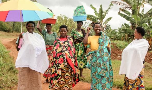 """Grupo de mujeres en una Imagen del proyecto """"Loving the Enemy"""", sobre el Genocidio ruandés. / AYOZE O´SHANAHAN"""