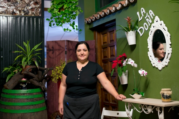 La especialidad, , la heredó Meri de su madre. En la foto, la cocinera a la entrada del restaurante. / LUIS ROCA ARENCIBIA